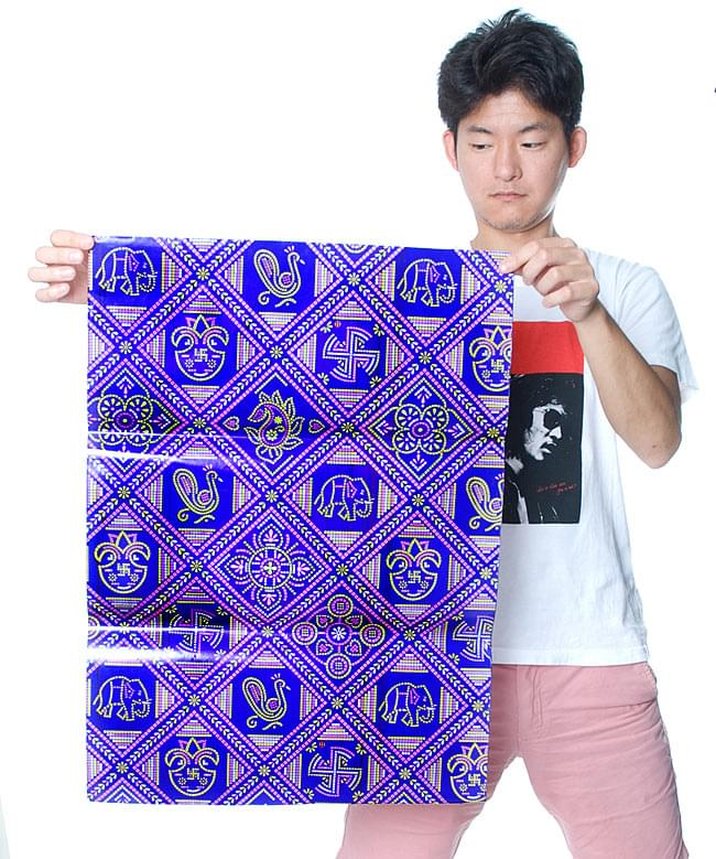 インド伝統のラッピング用紙 - 濃青(5枚セット)の写真3 - 男性スタッフが持つとこれくらいの大きさです。大きさのご参考にしてくださいませ