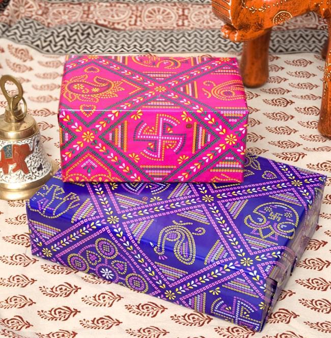 インド伝統のラッピング用紙 - 濃青(5枚セット)の写真4 - ギフトを包むとこのような形になります