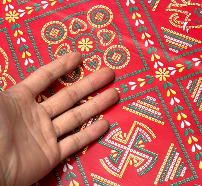 インド伝統のラッピング用紙 - 赤色(5枚セット)の写真3 - 柄のサイズ比較のために手と一緒に撮影しました
