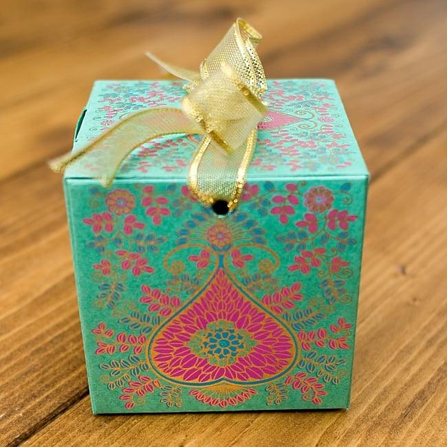 インドのラッピングボックス・小【Chimanlals】 2 - インドらしいオリエンタルなデザインが上品に描かれています!