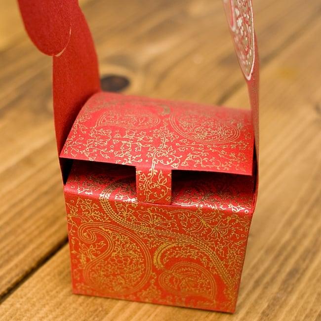 インドのラッピングボックス・小【Chimanlals】 3 - ここに差し込みフタをします^^インドらしいオリエンタルなデザインが上品に描かれています!