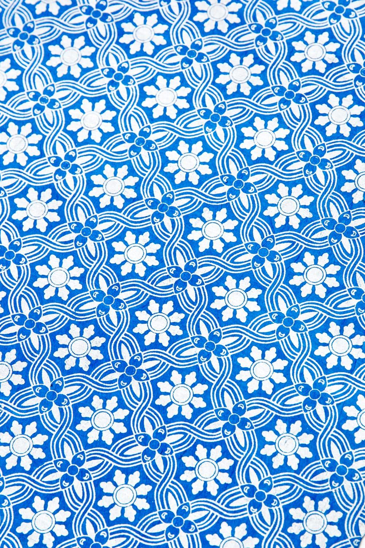 【75cmx50cm】ロクタ紙のラッピングペーパー3枚セット -銀と青・花柄 3 - 柄をさらに拡大してみました