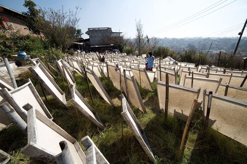 【75cmx50cm】ロクタ紙のラッピングペーパー3枚セット -銀と青・花柄 7 - ネパールの山奥でこのように作られます。