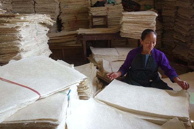 【75cmx50cm】ロクタ紙のラッピングペーパー3枚セット -ミント色・花柄 8 - ネパールの山奥でこのように作られます。