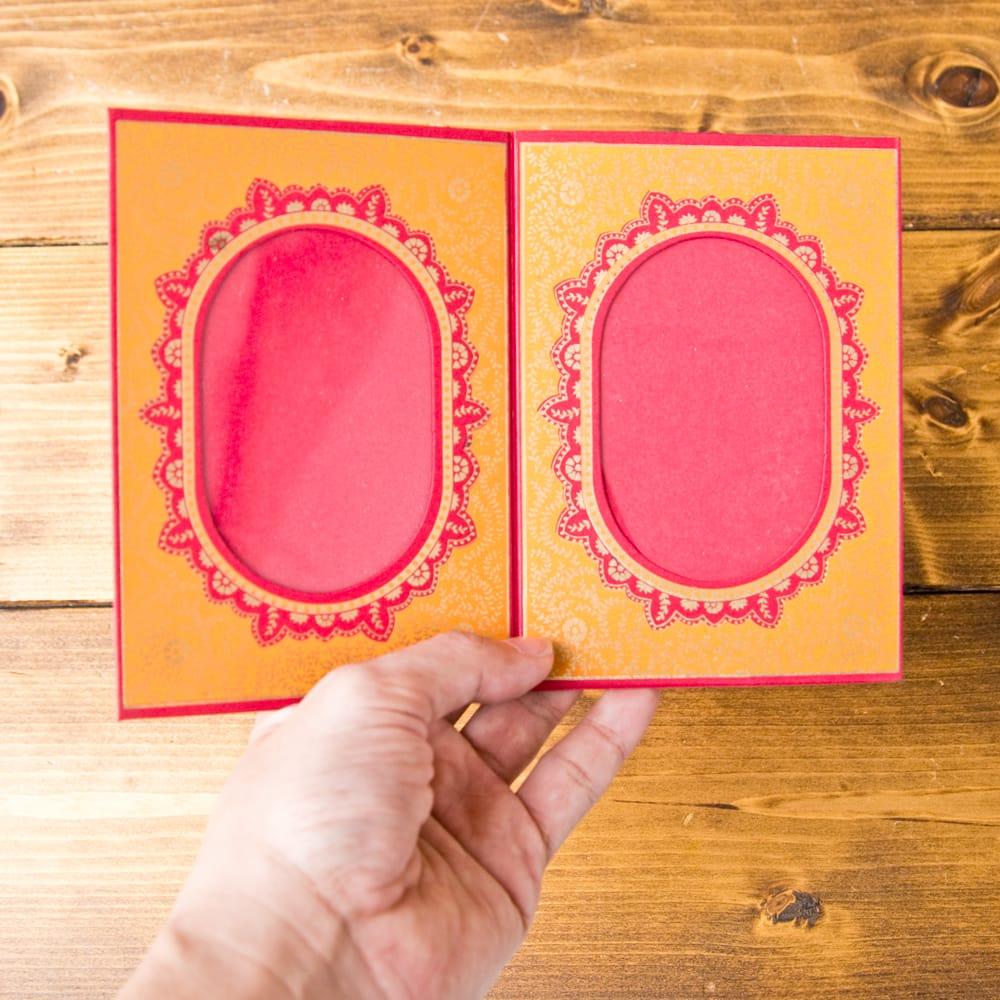 インドのフォトフレーム・ダブル【Chimanlals】レッド×オレンジ 5 - 大きさを感じて頂く為、手に持ってみました!