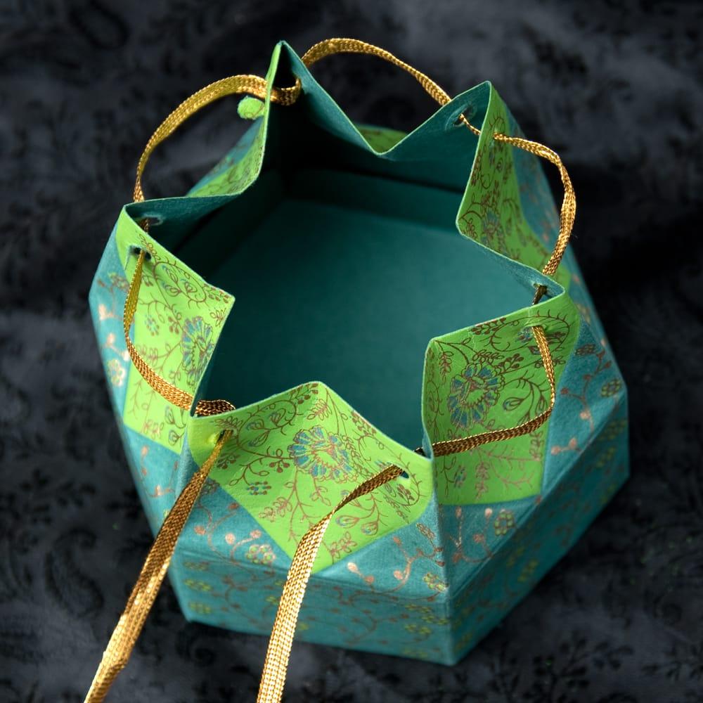 インドのラッピングボックス・小【Chimanlals】LOTUS 3 - 口を開けてみました。このボックスでプレゼントを送れば喜ばれること間違いなしです!