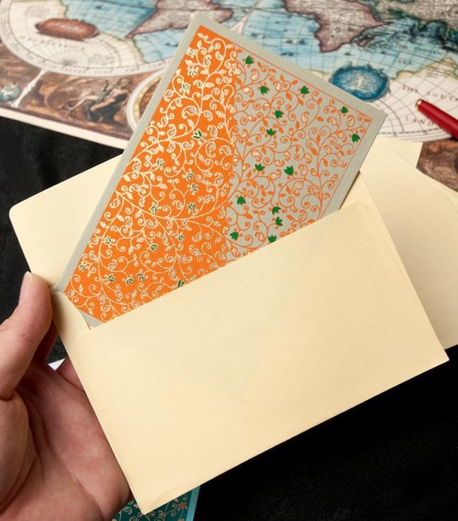 インドのメッセージカードセット - parivee 4 - サイズ比較のために手に持ってみました。封筒も5枚ついてきます。
