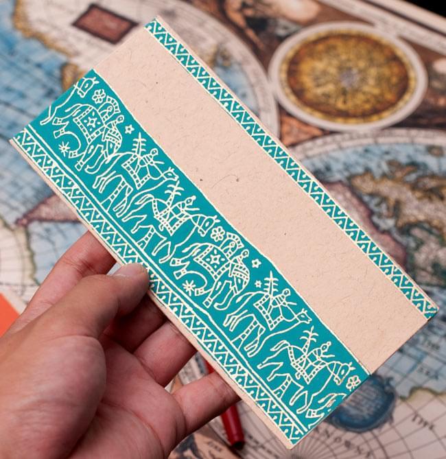 インドの封筒 - 象と駱駝 - URMIL 4 - サイズを感じていただく為、手に持ってみたところです。