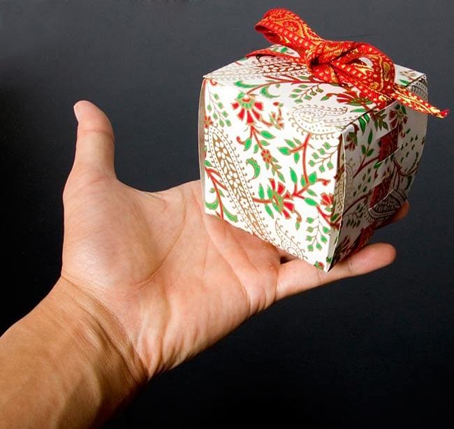 インドのラッピングボックス - ribbon box【色アソート】 7 - サイズ比較のために手に持ってみました