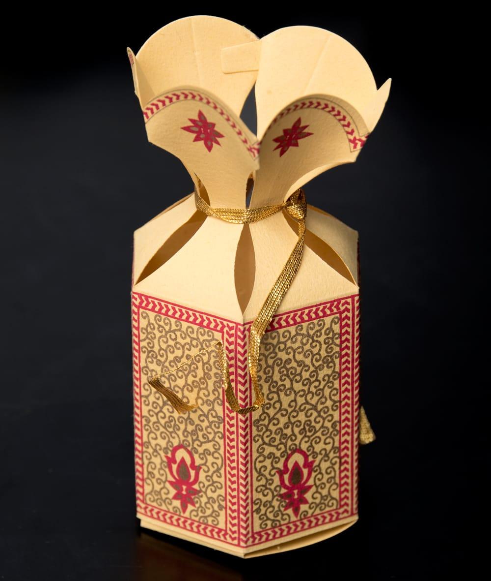 インドのラッピングボックス【色アソート】 7 - 付属の紐で頭の部分を縛ると可愛く出来上がり!