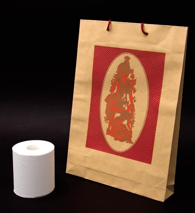 インドの紙袋 2 - トイレットペーパーと比べてみました。大きさが分かりますね。