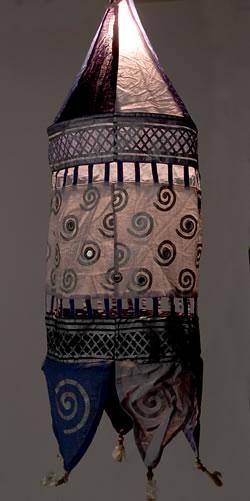インドのランプシェードの写真 - 同類の商品を実際に使用したイメージです。実際にお届けする商品は1、2枚目の写真と同一のデザインのものです。
