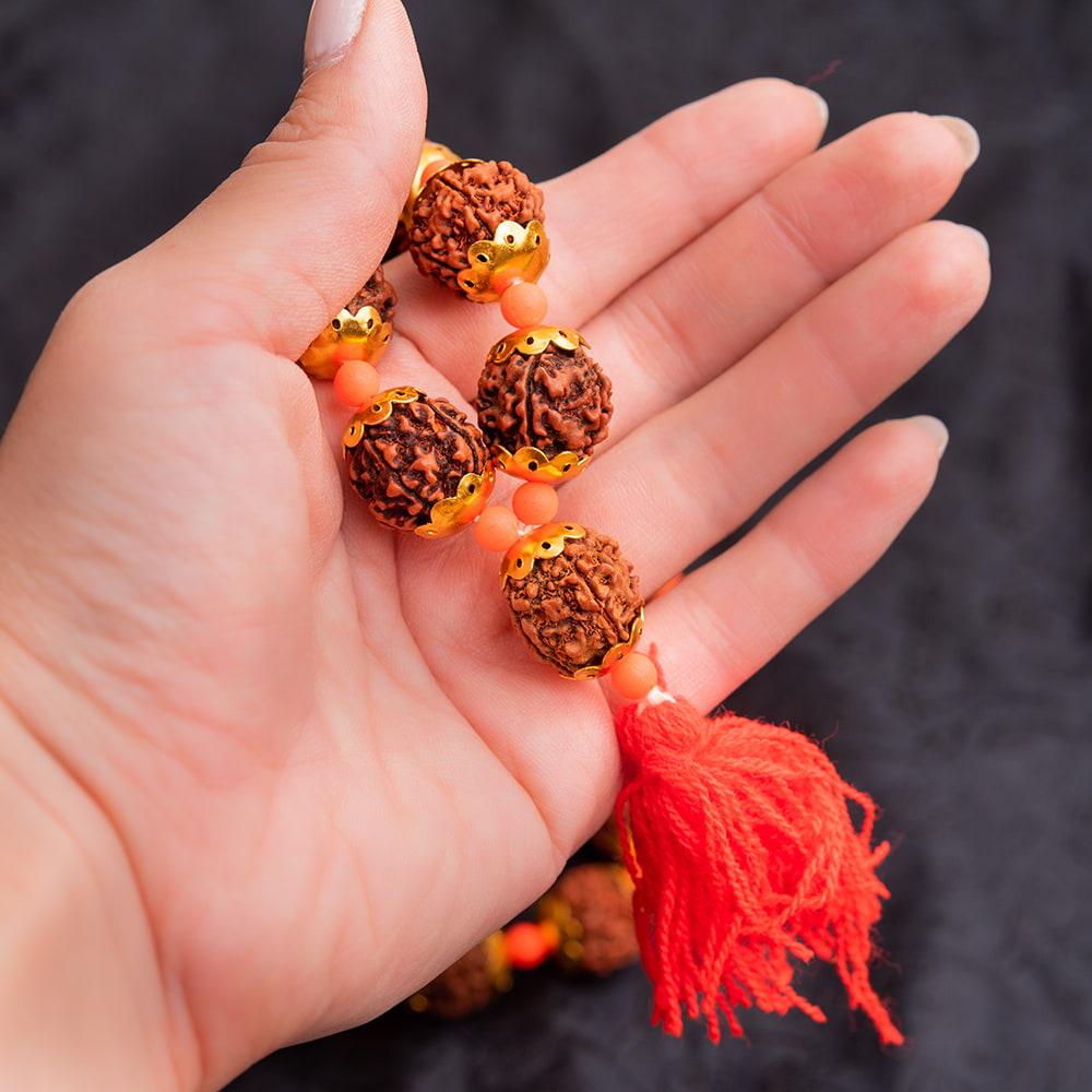 金色の菩提樹の数珠-約35cm程度 4 - サイズ感の参考に手にとってみました(二つ折りにした状態になります)