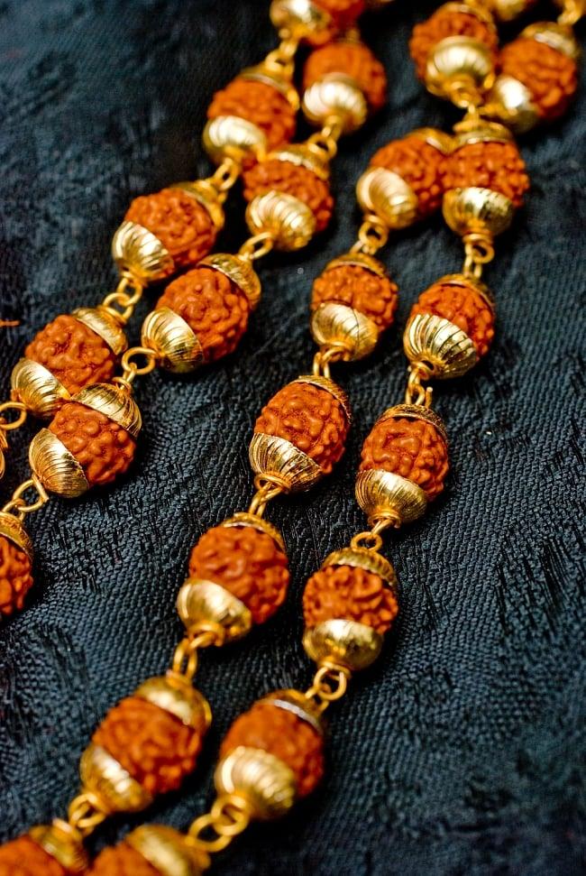 金色の菩提樹の数珠(小粒)- 約80cmほど 2 - ルドラクシャの一部をズームしてみました