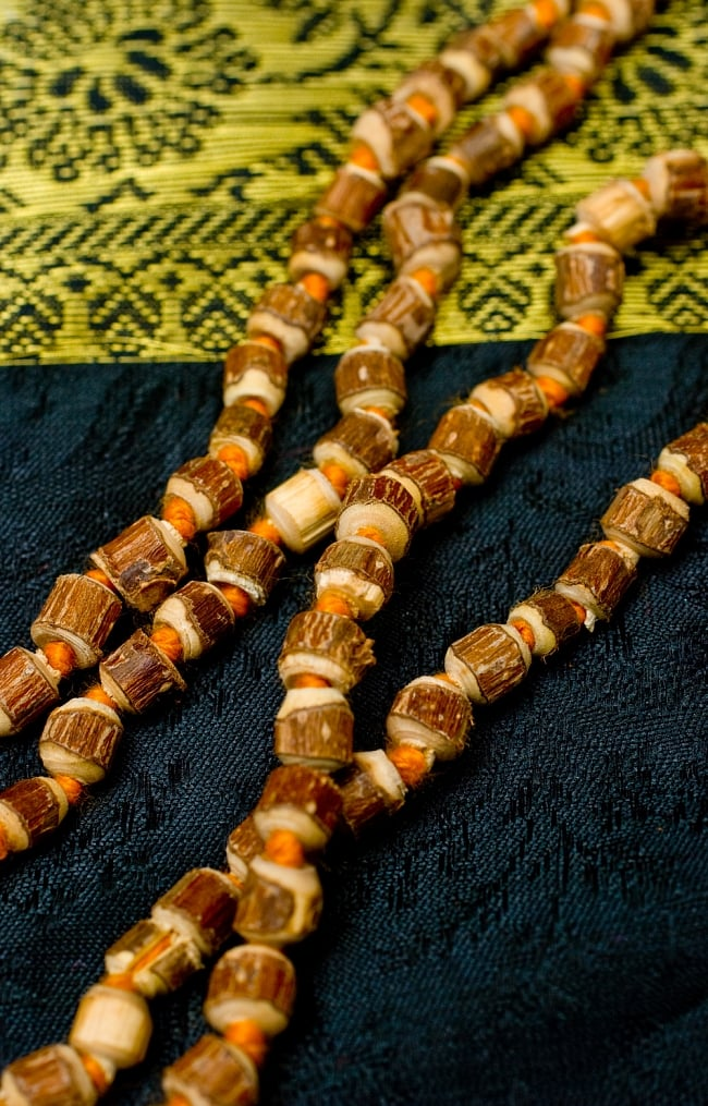 トゥルシー(ホーリーバジル)の数珠 2 - ルドラクシャの一部をズームしてみました