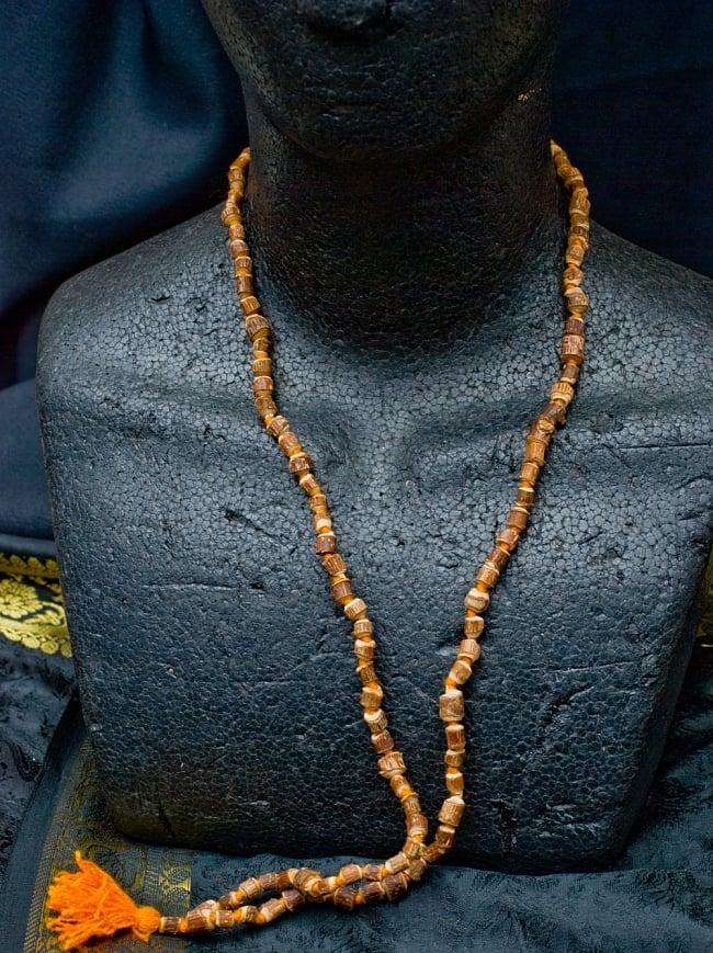 トゥルシー(ホーリーバジル)の数珠 5 - 首にかけるとこのような感じになります