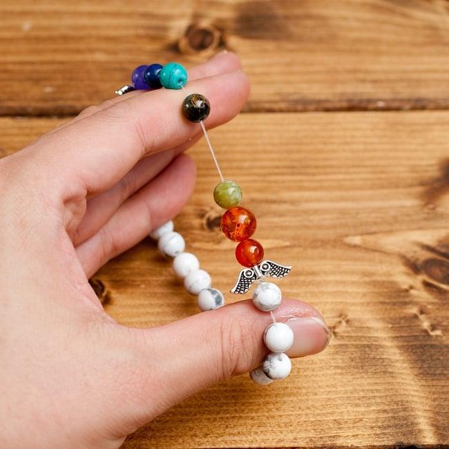 インドの数珠ブレスレット 天使の羽とハウライト 5 - このように伸びて使いやすいフリーサイズ