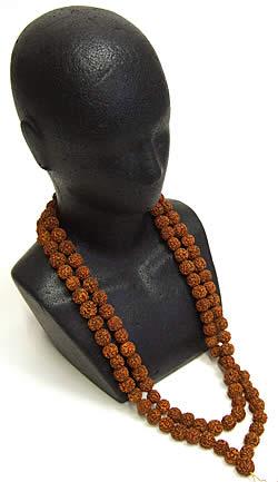 ルドラクシャ(菩提樹)の数珠 3 - ダミーに着用してみたところです