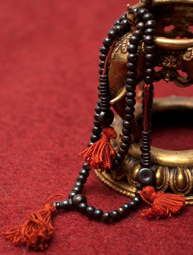 ネパールの数珠 - 飾りつき(黒)の写真
