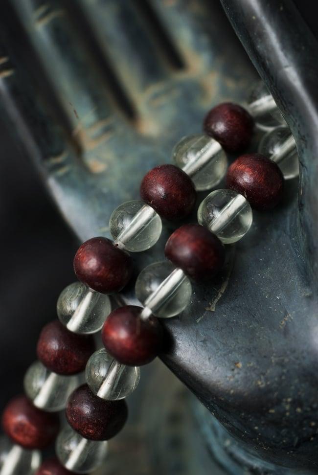 インドの数珠 - 水晶と紫光白檀 2 - 拡大写真になります。とても趣があります。