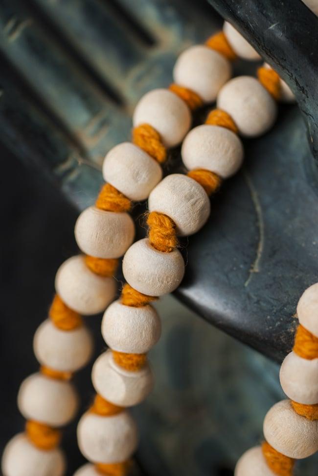 インドの数珠 - 橙 2 - 拡大写真になります。とても趣があります。