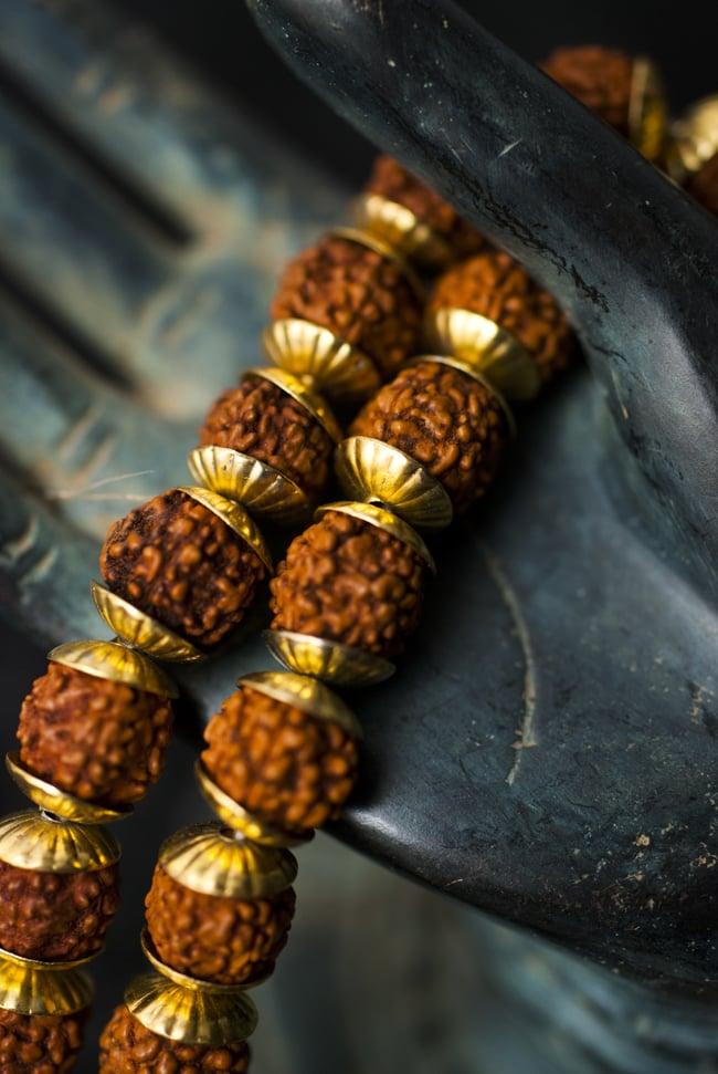 インドの数珠 - 小ルドラクシャと金細工(大) 2 - 拡大写真になります。とても趣があります。