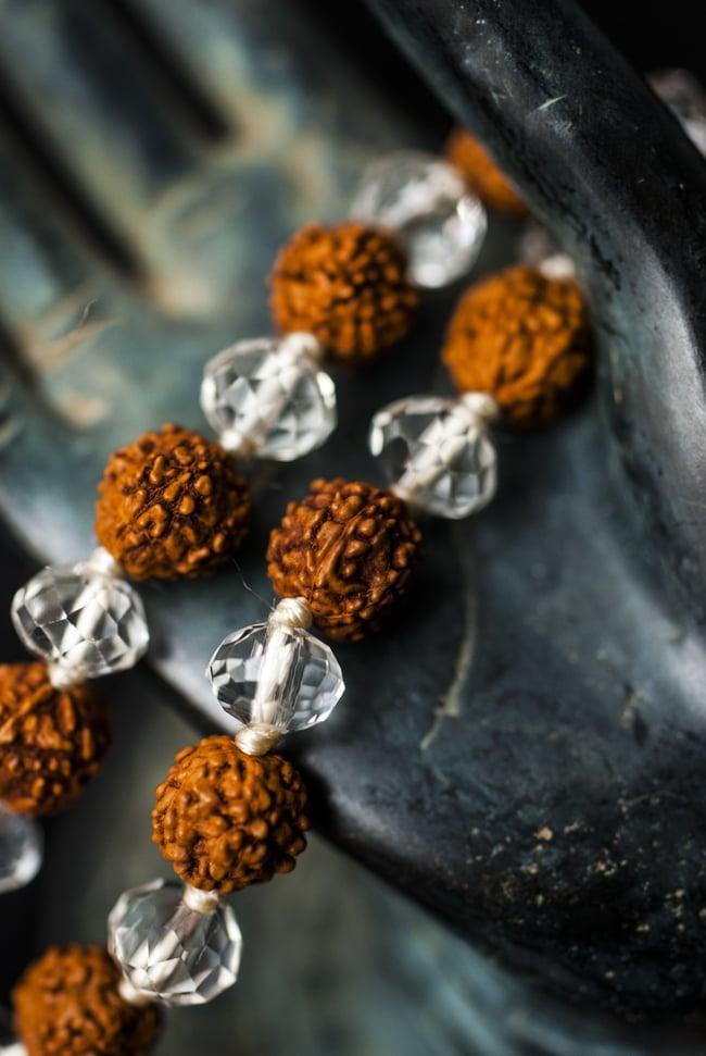 インドの数珠 - ルドラクシャとクリスタル 2 - 拡大写真になります。とても趣があります。