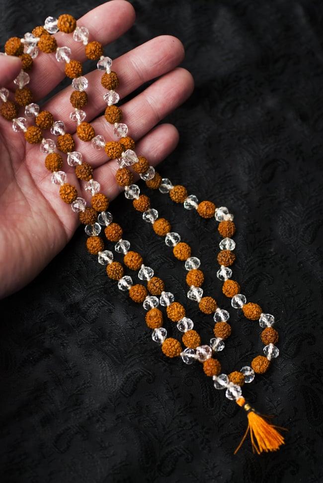 インドの数珠 - ルドラクシャとクリスタル 4 - サイズ感の参考に手にとってみました(二つ折りにした状態になります)
