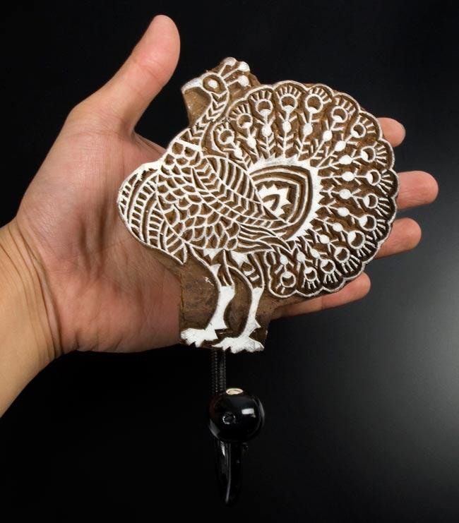 ウッドブロックハンガー【鳥】[19cm x 12cm]の写真2 - 手に持ってみました。