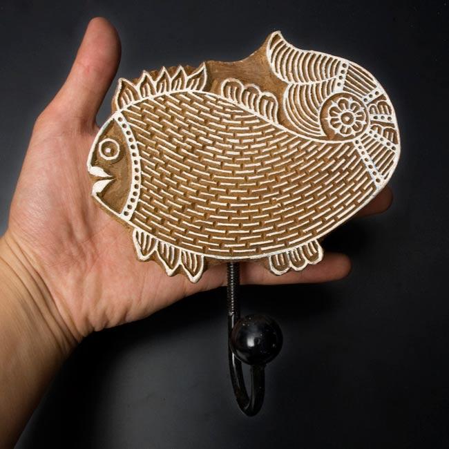 ウッドブロックハンガー【魚】[18cm x13.5cm]の写真2 - 手に持ってみました。