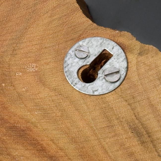ウッドブロックハンガー【魚】[18cm x13.5cm]の写真4 - 壁面との取り付け部分です。取り付けの前にご使用される釘が取り付け部と合うかご確認くださいませ。また、フックの向きとズレて取り付けられてしまっているものもございますが、服などを掛けると重みで真っ直ぐになりますので、ご使用に問題ございません。