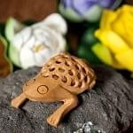 【一木造り】インド職人の手作り透かし彫り木像 ジャリ - びっくりカエル