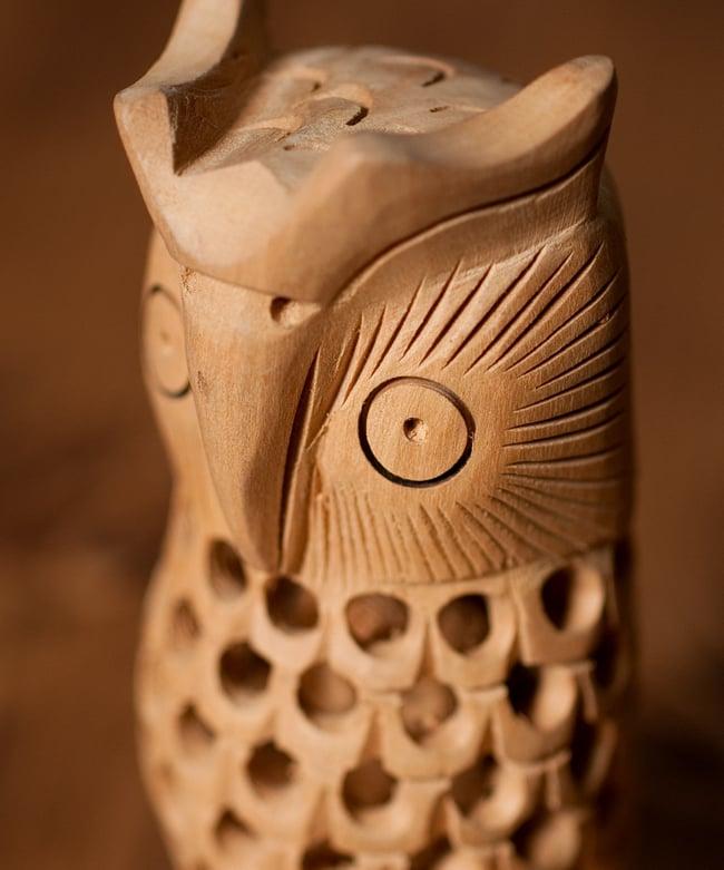 【一木造り】インド職人の手作り透かし彫り木像 ジャリ - フクロウ 2 - 拡大写真です。すべて手づくりの一木造!ハンドメイドのぬくもりに、まるで生きているかのような躍動感があります。