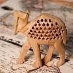 【一木造り】インド職人の手作り透かし彫り木像 ジャリ - ラクダ