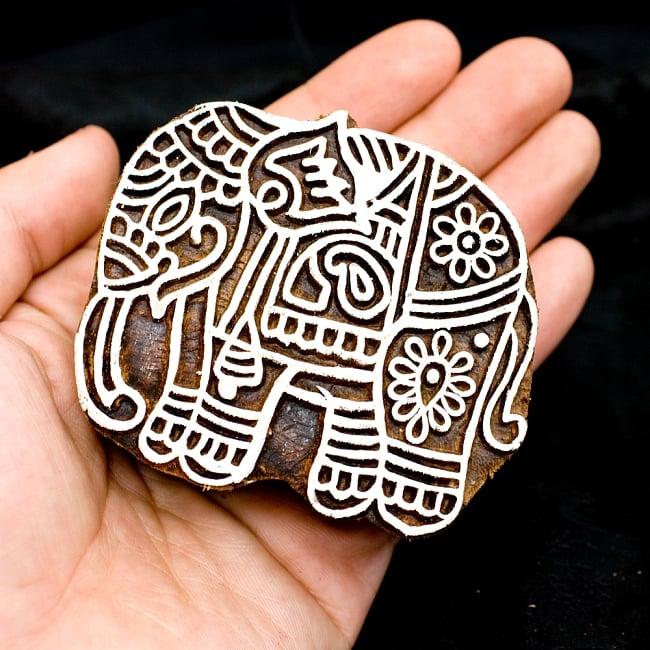 ウッドブロックスタンプ【象】約8×7.5cm 4 - サイズが分かるように手に持ってみました
