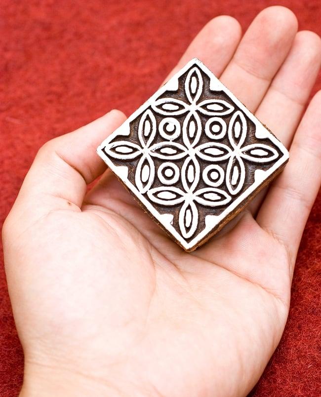 花模様の正方形ウッドブロック-約5.5cm 4 - サイズ比較のため手に置いてみました