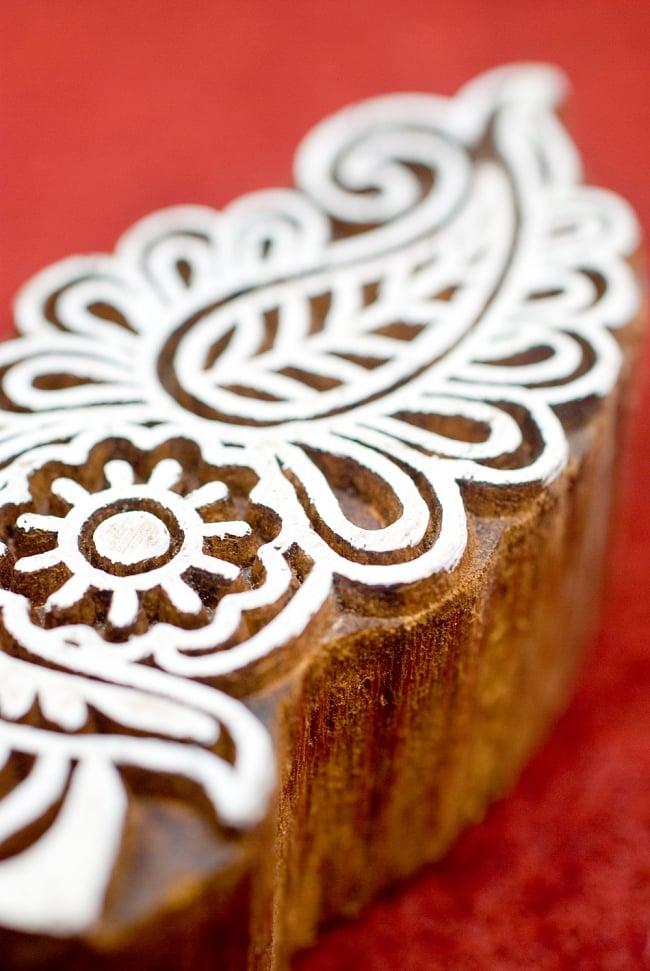 花のウッドブロック -約9.5cmx4.5cm 2 - 丁寧に彫り込まれています