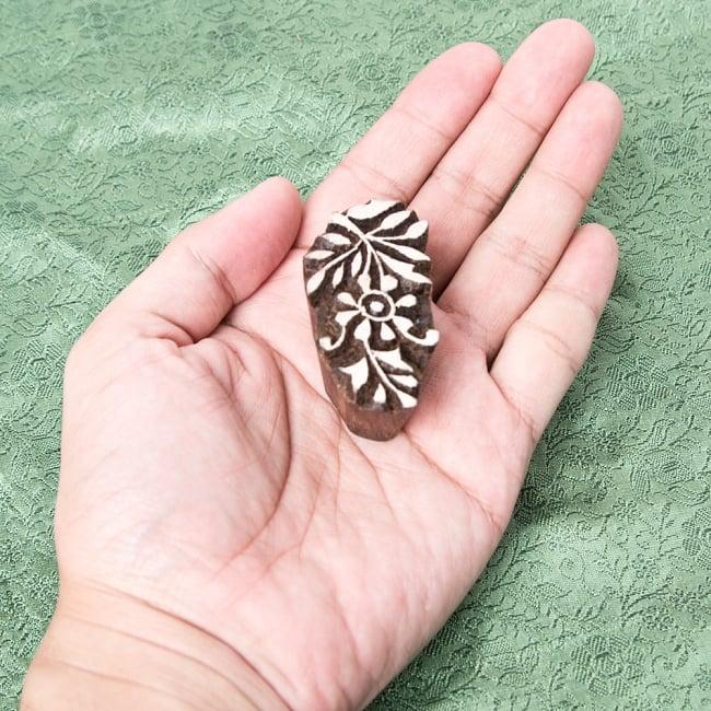 インド伝統の手彫りウッドブロックスタンプ5×2.5cm 4 - サイズが分かるように手に持ってみました