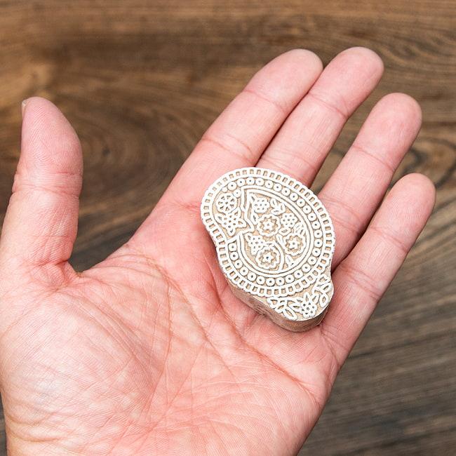 インド伝統の手彫りウッドブロックスタンプ5×3.5cm 4 - サイズが分かるように手に持ってみました