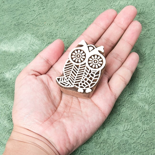 インド伝統の手彫りウッドブロックスタンプ5.5×4cm 4 - サイズが分かるように手に持ってみました