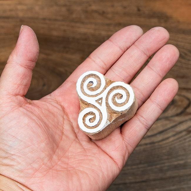 インド伝統の手彫りウッドブロックスタンプ4.5×4.5cm 4 - サイズが分かるように手に持ってみました