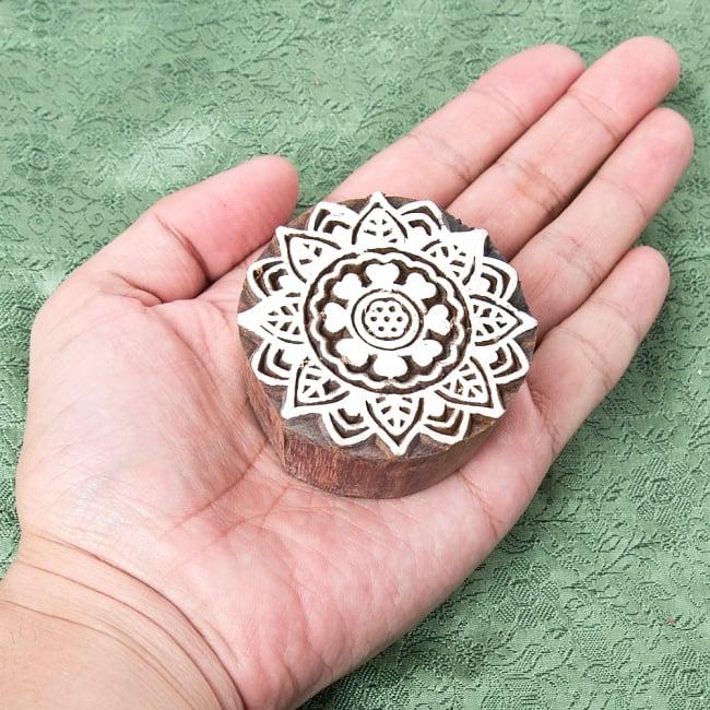 インド伝統の手彫りウッドブロックスタンプ5.5×5.5cm 4 - サイズが分かるように手に持ってみました