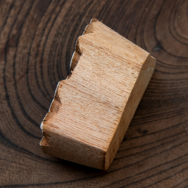インド伝統の手彫りウッドブロックスタンプ5.5×6cm 4 - サイズが分かるように手に持ってみました