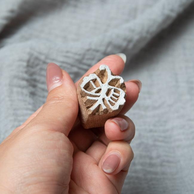 ウッドブロックスタンプ・ミニ【蝶】3×2.5cm 4 - サイズが分かるように手に持ってみました