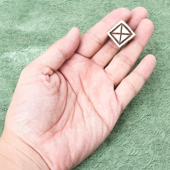 インド伝統の手彫りウッドブロックスタンプ2×2cm 4 - サイズが分かるように手に持ってみました
