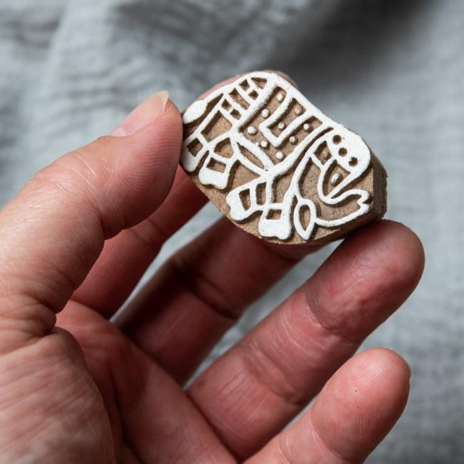 ウッドブロックスタンプ【象】4cm×3cm 4 - サイズが分かるように手に持ってみました