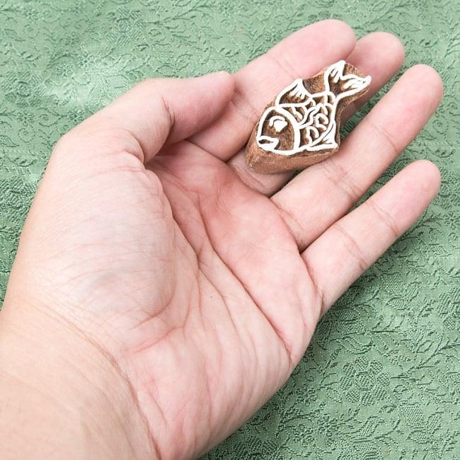 ウッドブロックスタンプ【魚】約4×2cm 4 - サイズが分かるように手に持ってみました