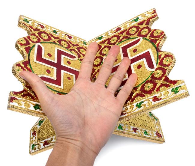 ヒンドゥー教の書見台-小【スワスティカ】 7 - サイズ比較のために、手と一緒に撮影しました