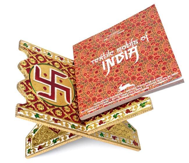 ヒンドゥー教の書見台-小【ピーコック】の写真6 - 本を載せてみました。写真は同じ大きさの別の柄です