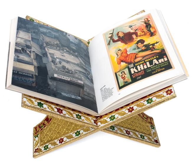 ヒンドゥー教の書見台-大【スワスティカ】 6 - 本を載せてみました。写真は同じ大きさの別の柄です